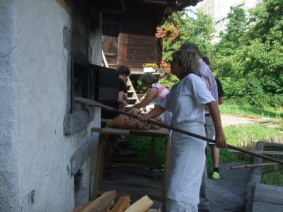 Opening_the_traditional_oven__Ringgenberg.JPG